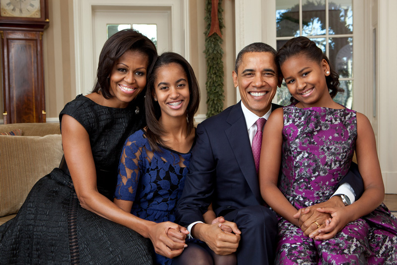 Official Photo of Barack And Michelle Obama With Daughters Malia And Sasha
