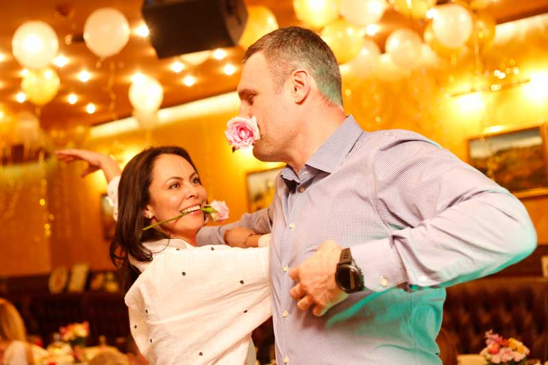 Vitali Klitschko Dancing With Wife With Flower In Mouth